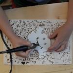 und dann die Holzarbeit noch mit dem Brennpeter oder bunten Stiften verzieren